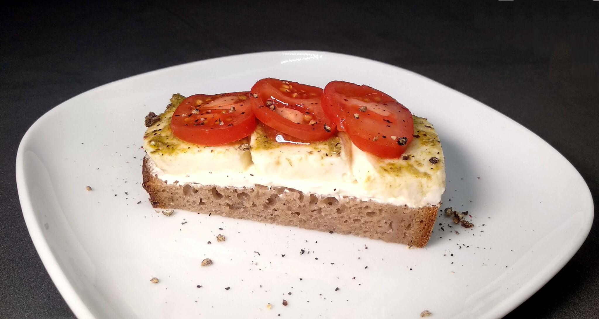 Žitný chleba s mozzarellou a bazalkovým pestem