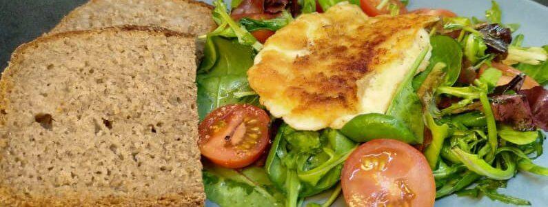 Salát s obalovaným sýrem v lahůdkovém droždí